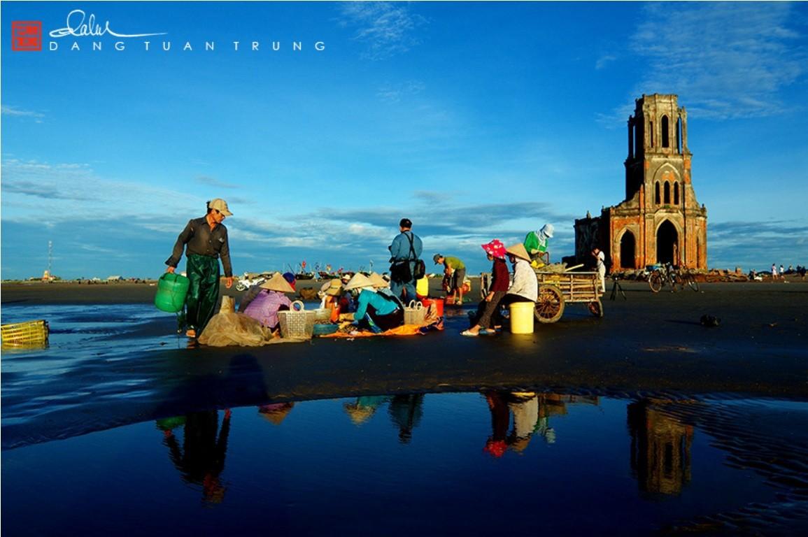 Chợ cá họp ngay trên bãi biển, cạnh nhà thờ đổ