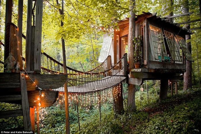 Ngôi nhà gỗ xinh xắn với chiếc cầu thú vị