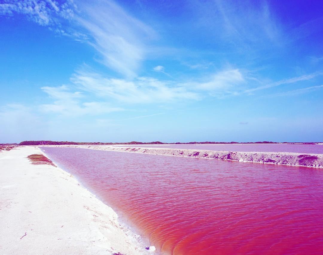 Hồ nước màu hồng đẹp như cổ tích