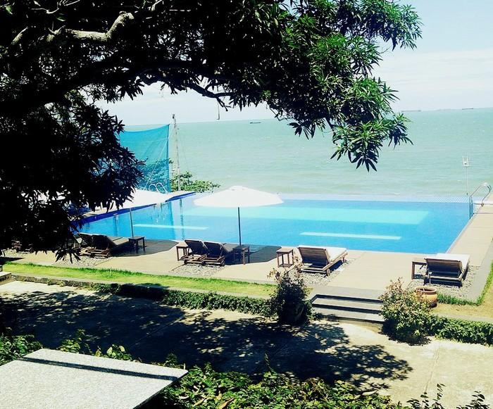 Đó là khu bể bơi của Resort Léman Cap