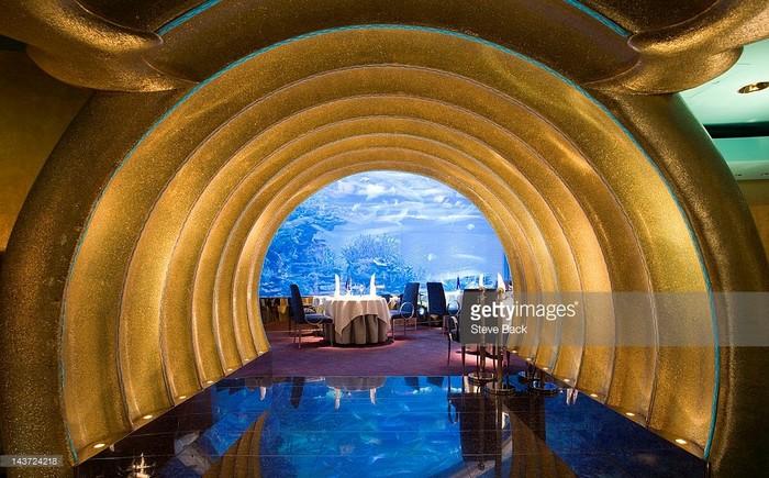 Nhiều khu vực ở khách sạn được dát vàng sang trọng