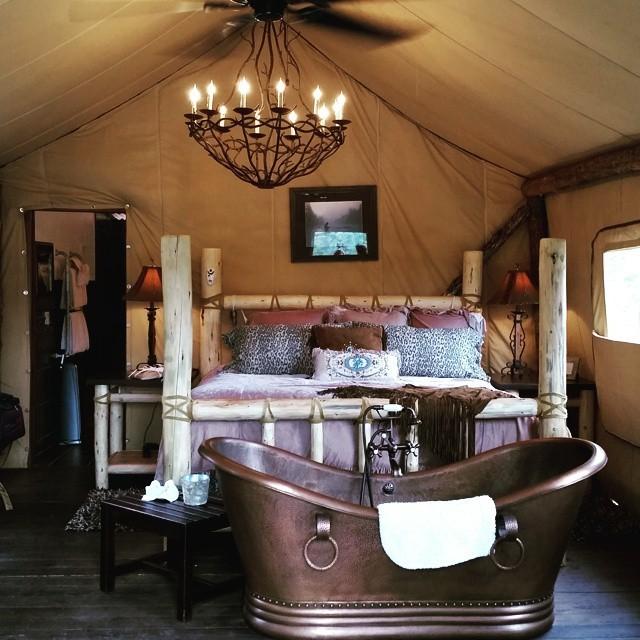Bên trong căn lều
