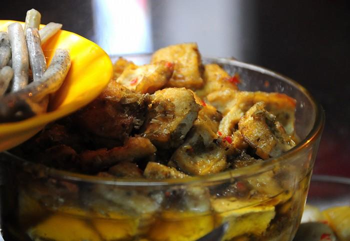 Một số người còn chọn khô cá basa hoặc khô cá dứa ăn để làm món mặn. Khô được ướp tẩm có vị mặn mặn ngọt ngọt cay cay.