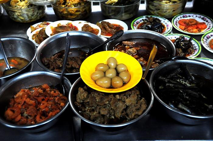 Lượng thức ăn có khi lên đến vài chục món để khách tùy ý lựa chọn. Mỗi phần cháo chỉ khoảng 15.000 đến 20.000 đồng