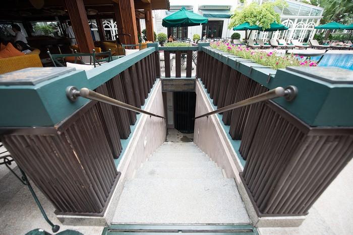 Căn hầm trú ẩn dưới khách sạn được phát hiện từ năm 2011 trong khi nhóm công nhân cải tạo quán bar, đào sâu vào lòng đất 2 m.