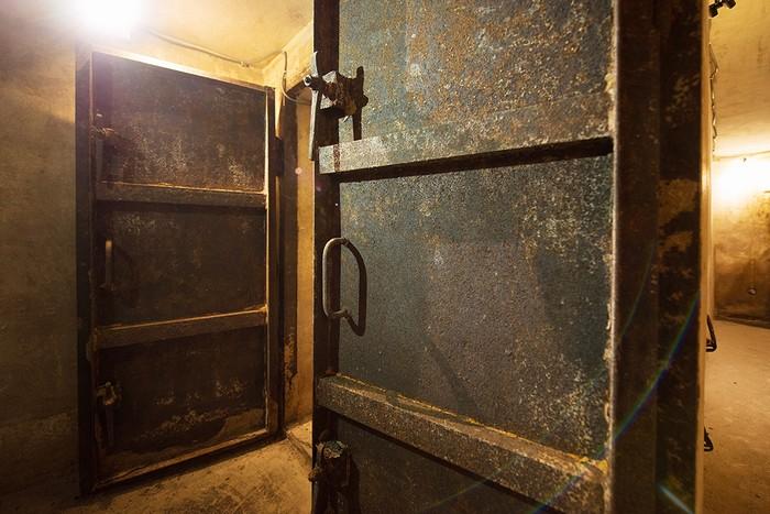 Mỗi ngày có hai tour đưa khách tham quan hầm, mỗi tour tối đa 10 người.