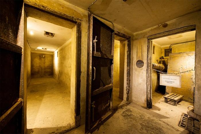 Hầm có trần cao hơn 2 m, 6 phòng với hai lối vào, một lối bên dưới hồ bơi và một thông ra trung tâm khách sạn.
