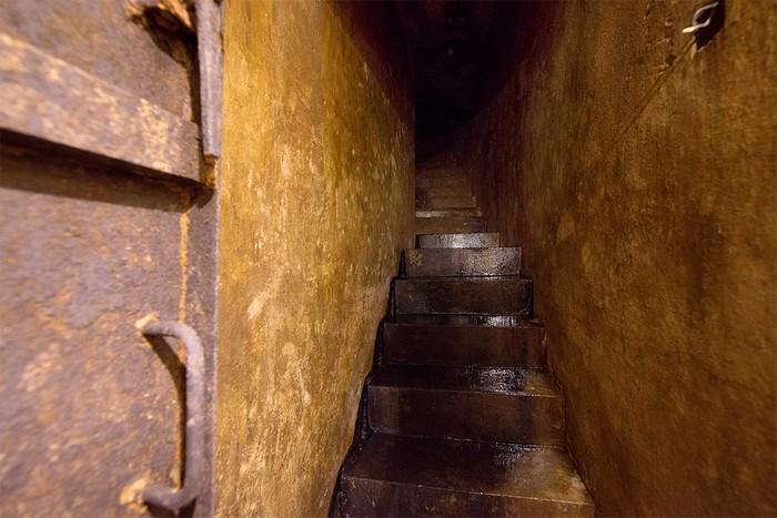Lối xuống hầm và hành lang nối giữa các phòng nhỏ, hẹp và tối. Do đó, để thuận tiện cho khách tham quan, căn hầm được lắp đặt lại hệ thống thông hơi và điện.