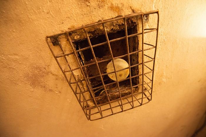 Sau khi hầm được phát hiện, đội kỹ thuật đã phải bơm hết nước bên trong và thấy nhiều món đồ, trong đó có một chai rượu cũ đã cạn và một bóng đèn còn nguyên vẹn.