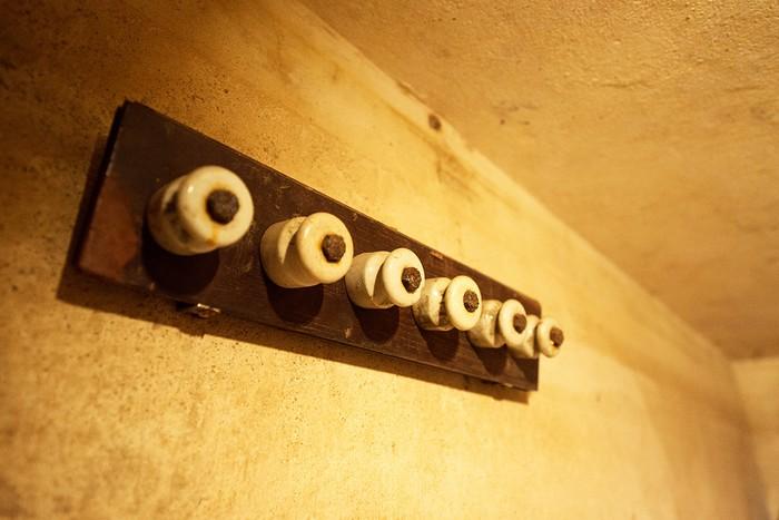 Trong một phòng thuộc căn hầm này, ca sĩ Mỹ Joan Baez đã ghi âm một phần ca khúc