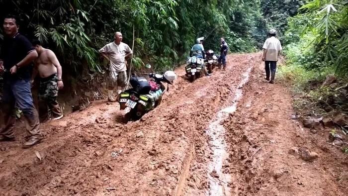 Đường núi mùa mưa trở nên khó khăn