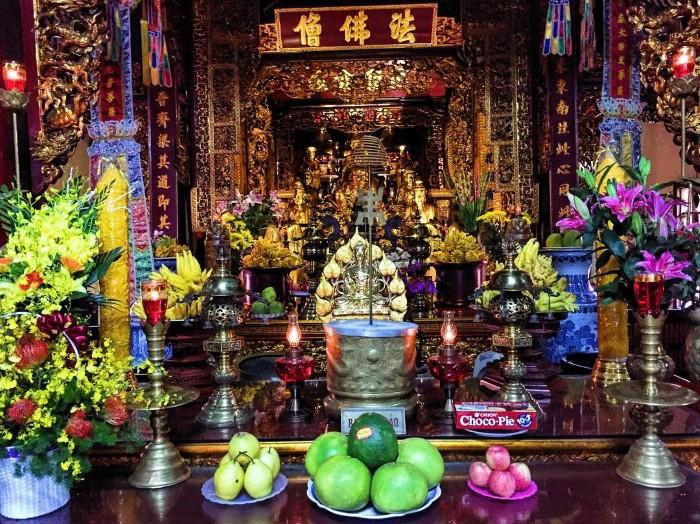 Những bức tượng thiếp vàng nổi bật bên trong chùa - Ảnh: @nickblaszczyszyn