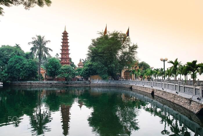 Hồ nước mênh mang thơ tình ôm lấy ngôi chùa cổ - Ảnh: Vu Phuong