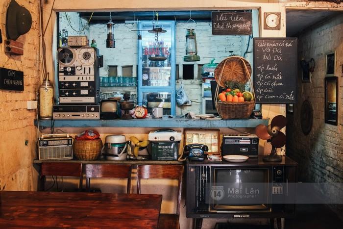 Quầy hàng là nơi sắp xếp rất nhiều món đồ cũ.