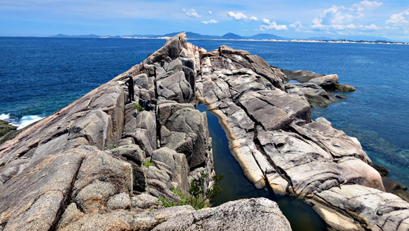 Những mỏm đá nhấp nhô trên biển