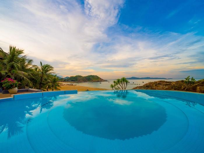 Bể bơi ngay bên bờ biển