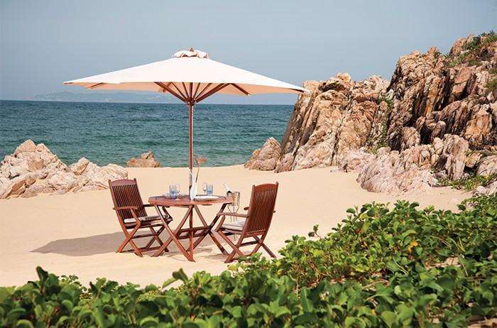 Hoặc bạn cũng có thể thưởng thức ẩm thực cùng người thương ngay bên bãi biển thơ mộng