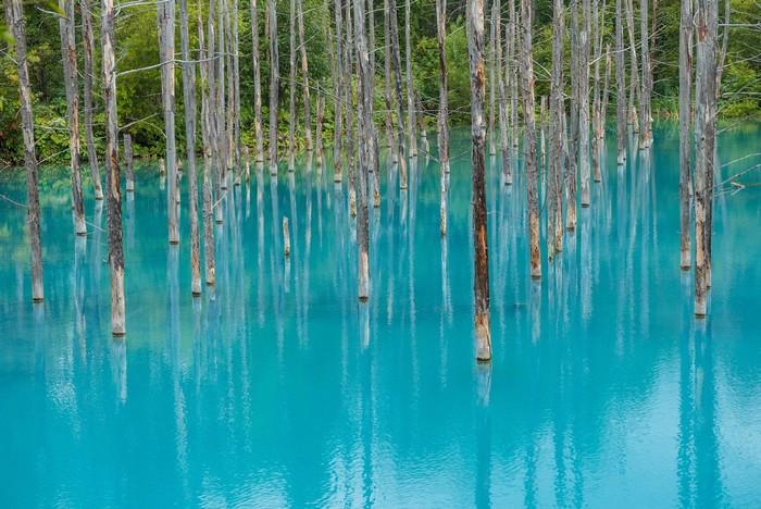 Mặt hồ biếc xanh như phép màu tạo hóa