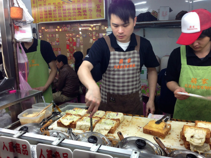 Tuy nhiên, do hình dạng bánh mì khá giống chiếc quan tài nên sau nó đã được đổi tên thành Gua Cai Ban, theo tiếng Đài Loan là chiếc quan tài