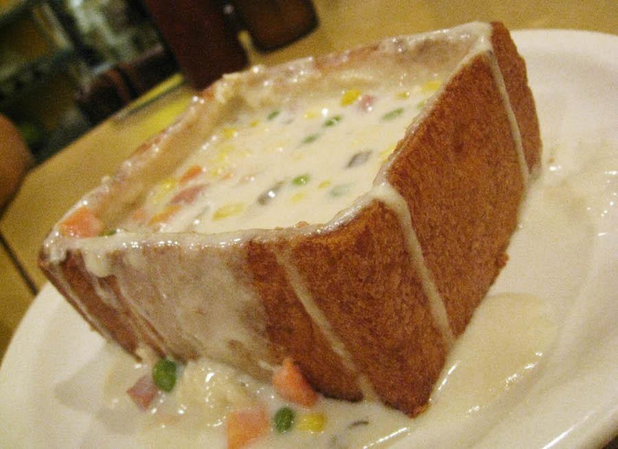Bánh mì quan tài truyền thống thực chất là một lát bánh mì nướng giòn có độ dày khoảng 3-5 cm, được khoét rỗng ở giữa và có nắp đậy phía trên.