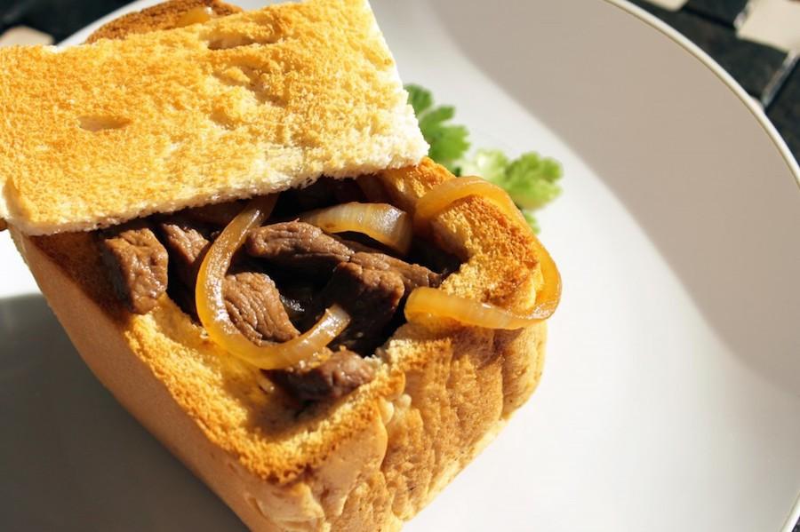 Ngày nay, để thực khách có thêm sự lựa chọn, nhiều loại nhân mới đã ra đời như sốt thịt bò và nấm, hải sản giúp cho món ăn ngày càng trở nên phong phú hơn. Một số người thậm chí còn biến bánh mì quan tài thành phiên bản Hawaii với thịt hun khói, hành và dứa.