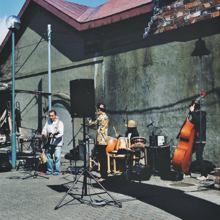 Những ban nhạc đường phố đậm chất nghệ thuật bên hông nhà kho
