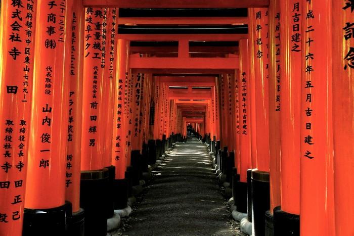 Con đường màu đỏ dẫn lối đến khu đền linh thiêng