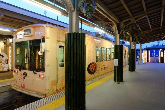 Một chiếc tàu điện rất dễ thương ở ga Arashiyama