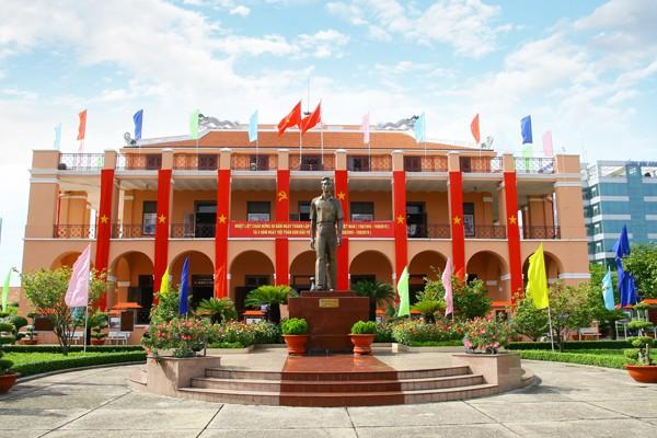 Tượng Bác trước bảo tàng Hồ Chí Minh