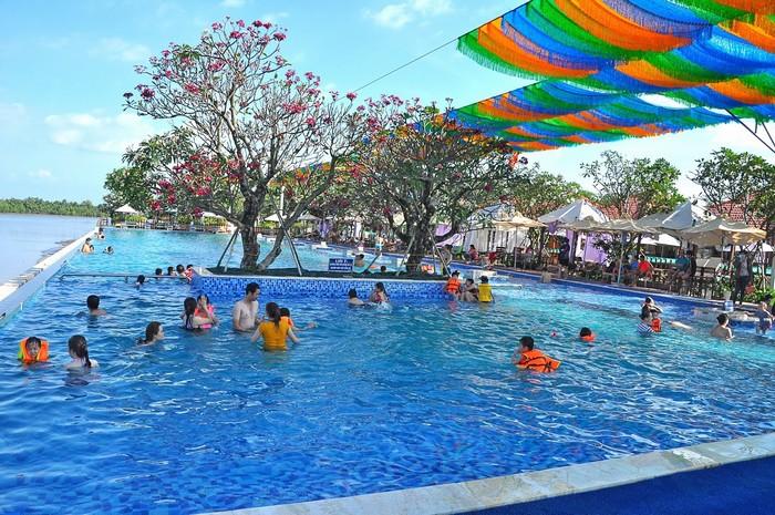 Khu du lịch BCR có hồ bơi rộng lớn, mát lạnh