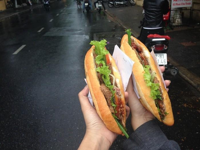 Ở bánh mì ấm lòng ngày mưa