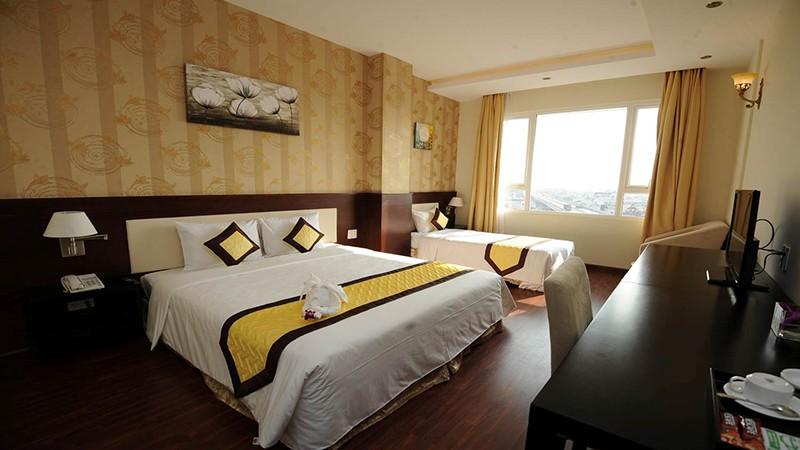 Phòng ngủ đơn giản, ấm cúng ở Liberty Saigon South