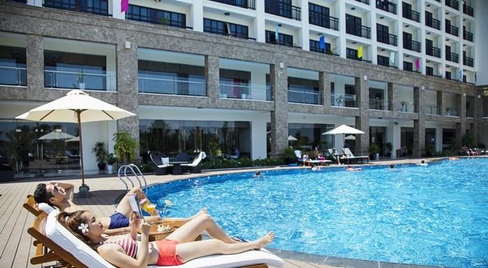 Thư giãn bên bể bơi của khách sạn Mường Thanh Sài Gòn Centre sau những giờ mệt nhoài rong chơi Sài Gòn