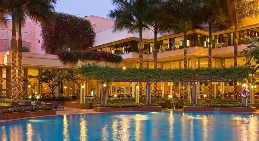 Bạn có thể thỏa thích đắm mình trong làn nước mát ở bể bơi của khách sạn Lotte Legend Sài Gòn