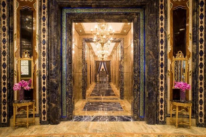 Hành lang đẹp lộng lẫy, khiến bạn ngỡ như lạc vào cung điện xa hoa ở châu Âu