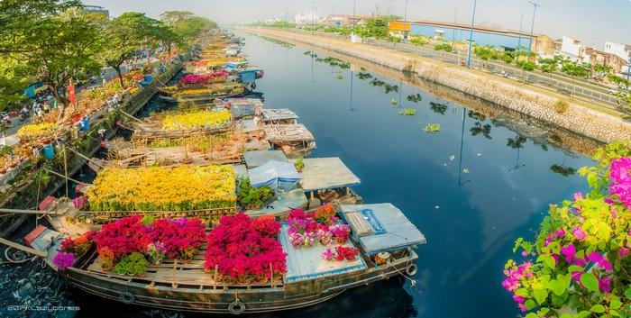 Những chiếc thuyền chở đầy hoa trên dòng kênh ở bến Bình Đông