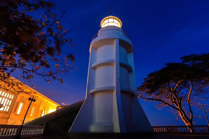 Ngọn hải đăng sáng chói trong đêm
