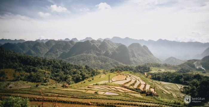 Pù Luông với những trảng ruộng bậc thang xếp lớp dưới nắng, và những dải núi trải dài đến tận cuối chân trời.