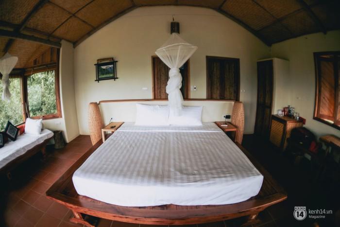 Phòng bungalow với ban công và ghế nghỉ nhìn ra thung lũng trước mắt.