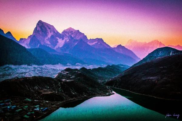 Bình minh ở hồ Gokyo, mình đang leo Gokyo peak đấy, mỗi tội không thành công.
