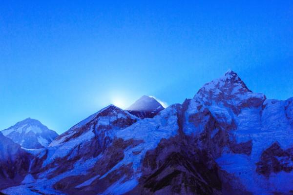 Dậy 5h sáng để ngắm đỉnh núi Everest.