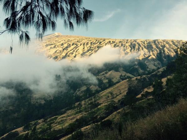 Đỉnh Rinjanin trong mây mù. Đoạn ở độ cao khoảng 2,000m
