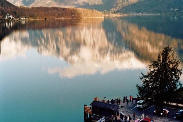 Hallstatt nằm lọt thỏm giữa núi và hồ, cách biệt với bên ngoài. Người ta chỉ có thể đến Hallstatt bằng phà.