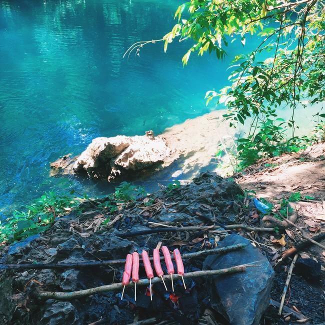 Cắm trại bên dòng suối xanh trong.