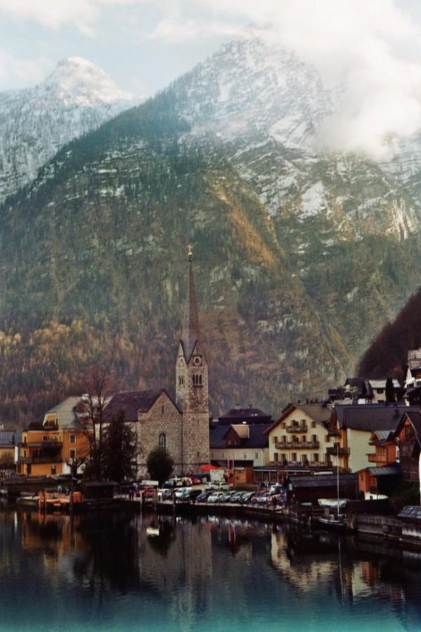 Một nhà thờ nhỏ nằm ngay đầu làng