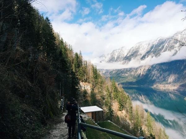 và đường xuống núi...