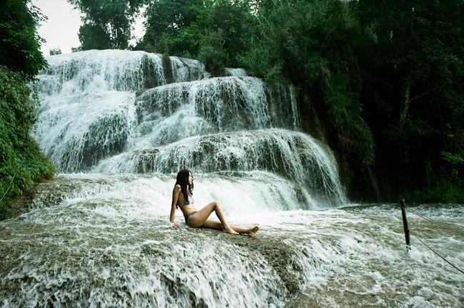 Men theo những bậc thang dẫn xuống con thác lớn, du khách thực sự bị hớp hồn bởi vẻ đẹp hùng vĩ, mãnh liệt của dòng thác đổ ập từ cao xuống tạo thành những dòng nước tuôn xối xả tung bọt trắng xóa