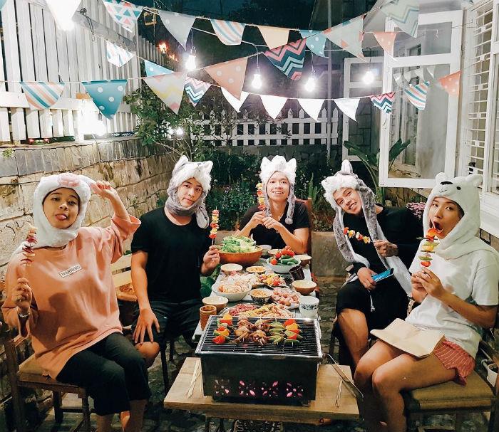 Hội bạn thưởng thức bữa tiệc BBQ tưng bừng tại Second House