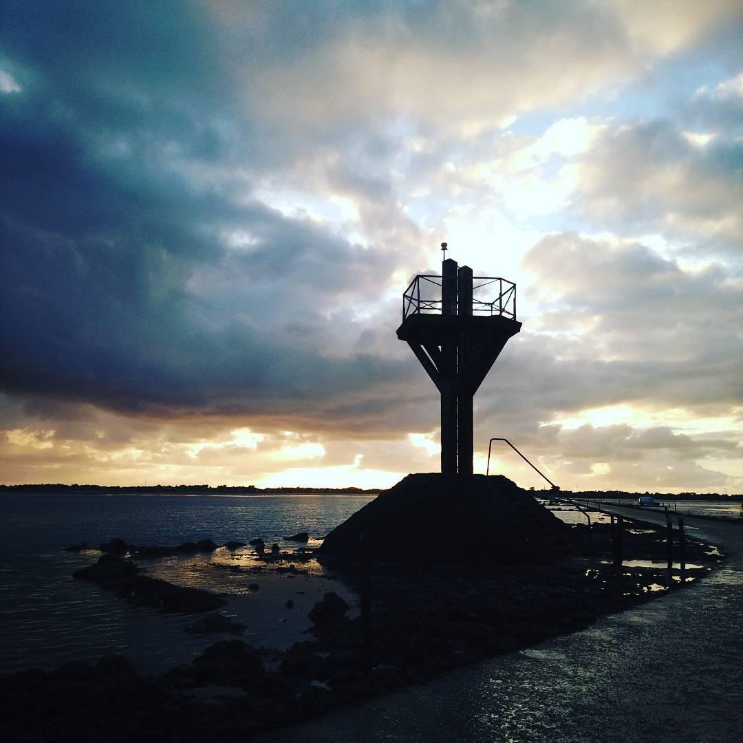Tháp canh được dựng lên ở hai đầu đường để giám sát an toàn