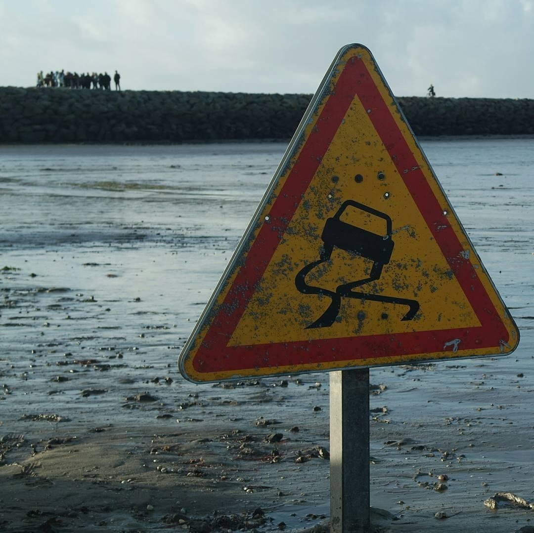 Những cảnh báo trơn trượt nguy hiểm được dưng lên trên khắp con đường